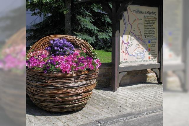 Blumenkörbe schmücken das Dorf