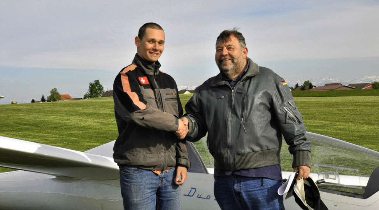 Guten Flug: Christian Syfrig aus Maulb.... Ihm gratuliert Prüfer Gerhard Pilz.   | Foto: Privat