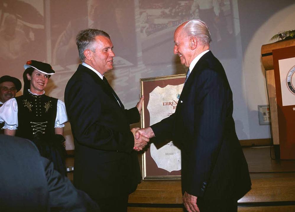 22. Juni 2001: Freudig nimmt  Paul Pie... der Stadt Titisee-Neustadt entgegen.   | Foto: privat
