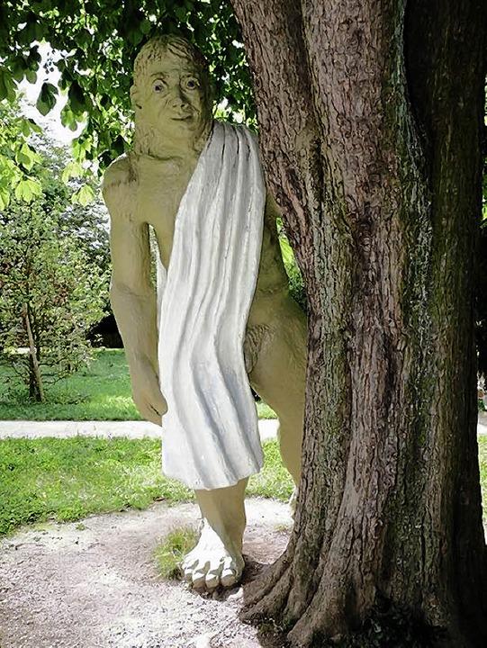 Dieser vier Meter hohe Riese aus lacki...hinter einem Baum im  Kannenfeldpark.     Foto: Juri Weiss