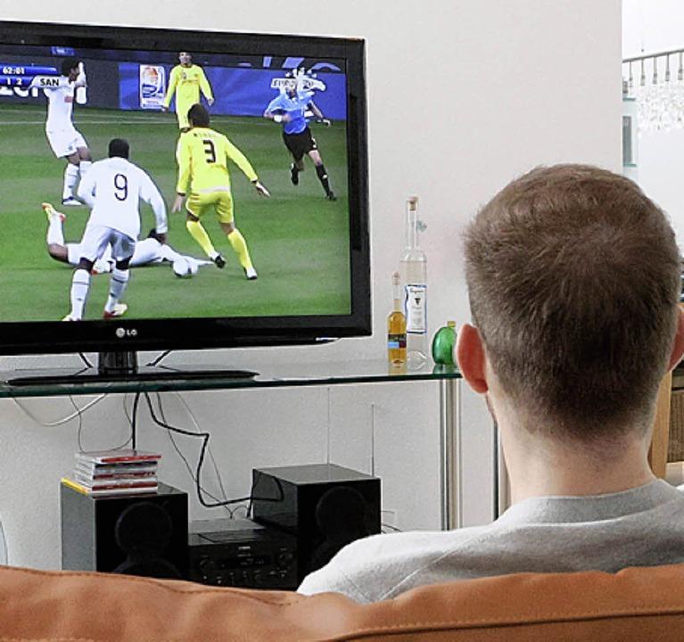 Beim Fußballgucken stören Frauen nur, ...nner. Also schauen  sie  eher allein.   | Foto: dpa