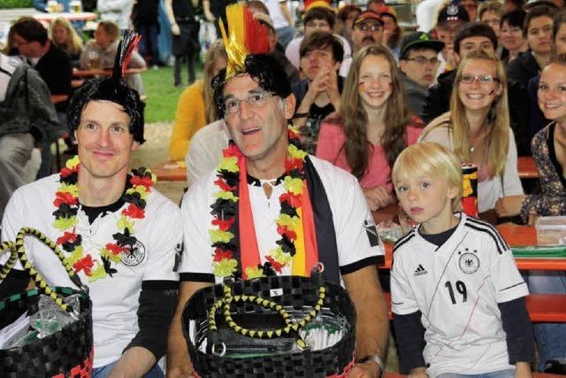 Fußballfans bejubeln Sieg im Auftaktspiel