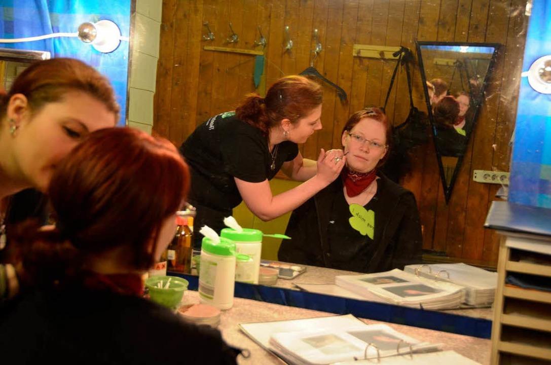 Wie viel Mühe hinter der Maske steckt, demonstriert Christina Menner.  | Foto: Sylvia-Karina Jahn