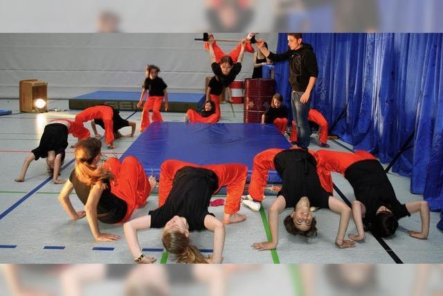 Akrobaten verzaubern das Publikum