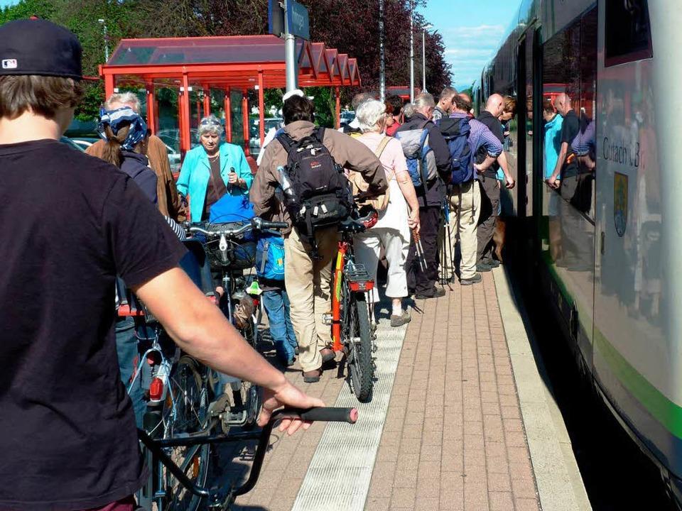 Ob da alle reinpassen? Vor allem sonnt...nd viele Breisgau-S-Bahnen überfüllt.   | Foto: Rolf Müller