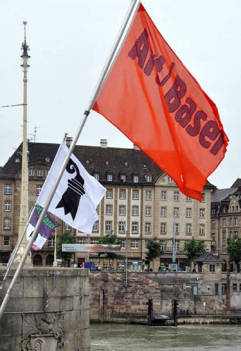 Die Flaggen an der Mittleren Brücke in... diese Woche ganz im Zeichen der Art.   | Foto: Daniel Gramespacher