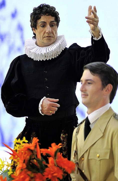 Wandlungsfähig: Josef Distel (links) als Hamlet  | Foto: Matthias Kolodziej