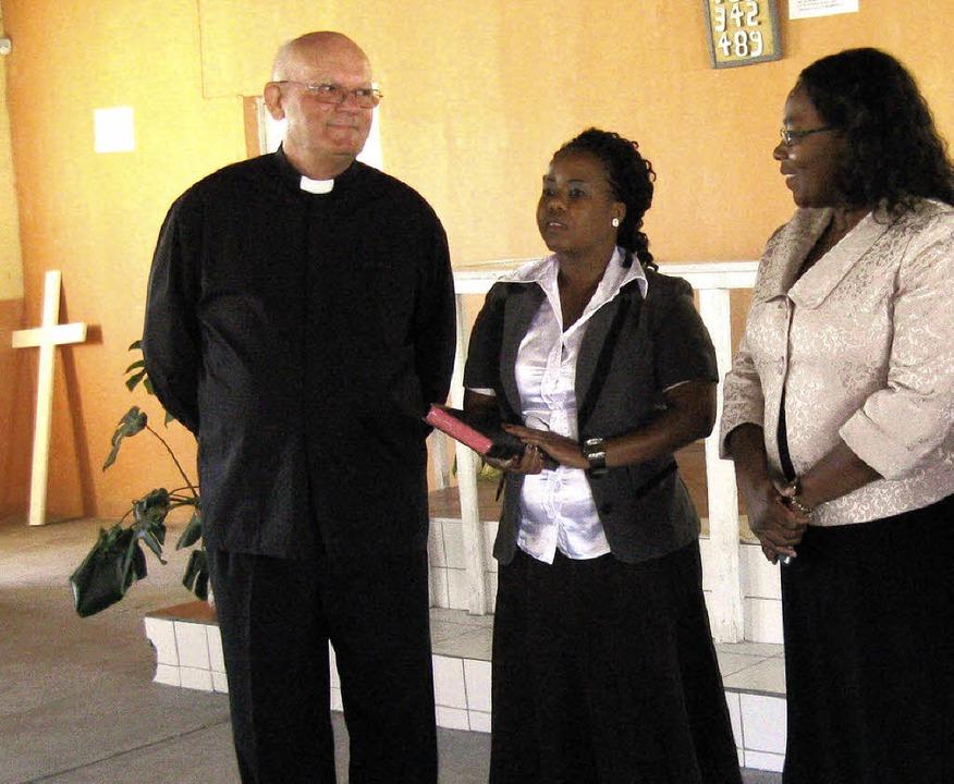 Suzan Ndjaleka, die Bürgermeisterin vo...te Ovambo-Dolmetscherin Aune Paulina.   | Foto: Privat