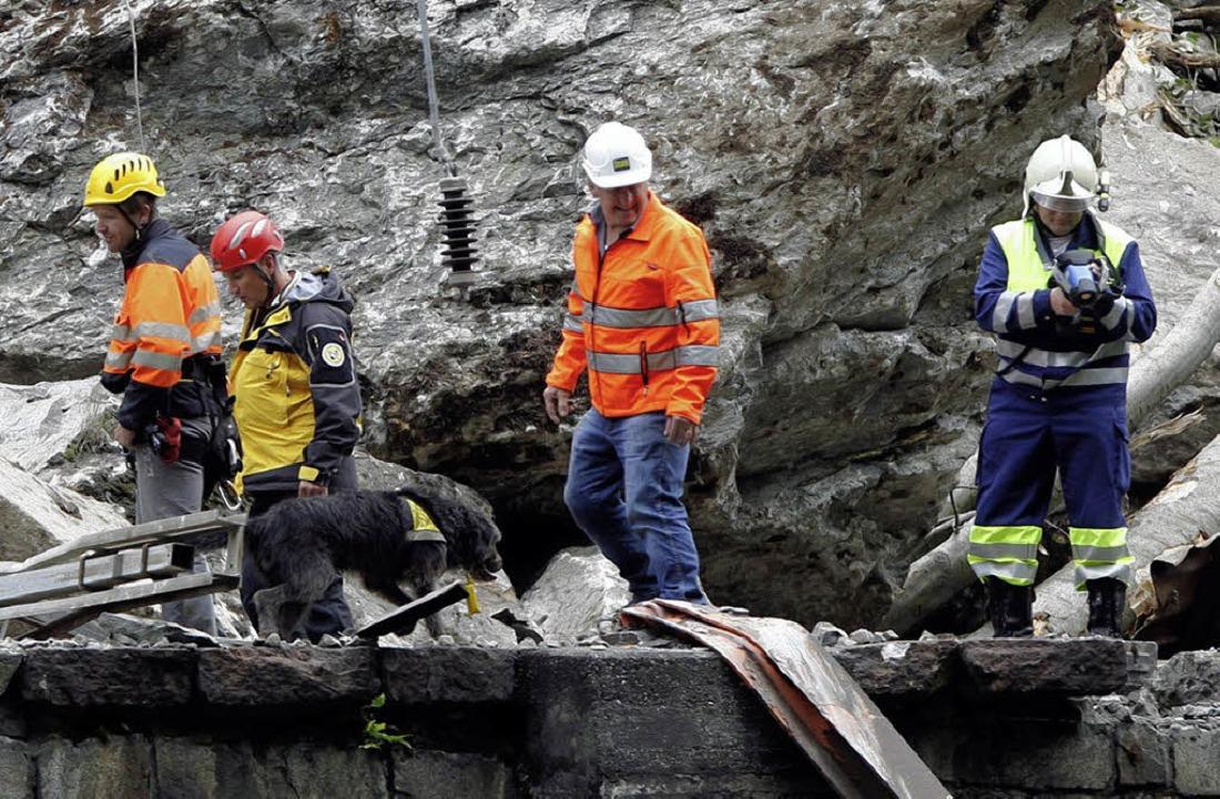 Rettungskräfte suchen an der Unglücksstelle einen vermissten Arbeiter.  | Foto: dpa