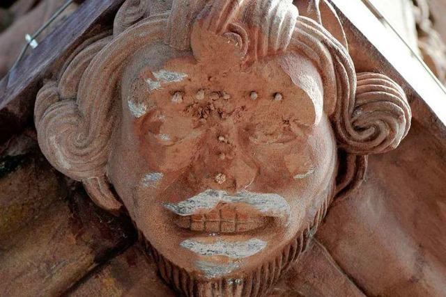Erneut rasierte ein Laster die Erkerfigur am Rathaus