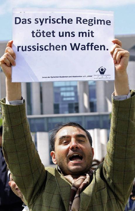 Die unmissverständliche Botschaft eine...nstranten vor dem Kanzleramt in Berlin  | Foto: dpa