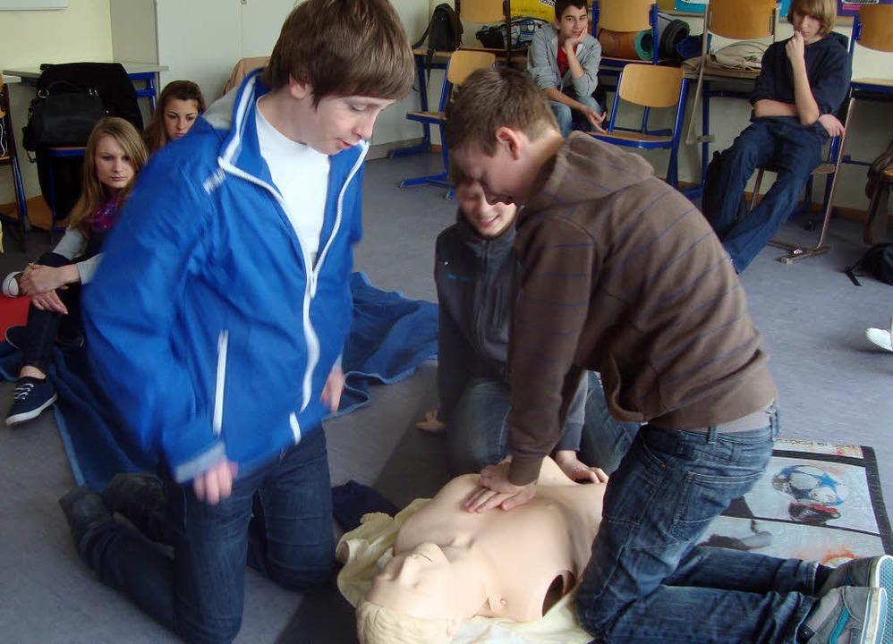 Schülerinnen und Schüler der Hugo-Höfl...h üben die Herz-Lungen-Wiederbelebung.  | Foto: privat