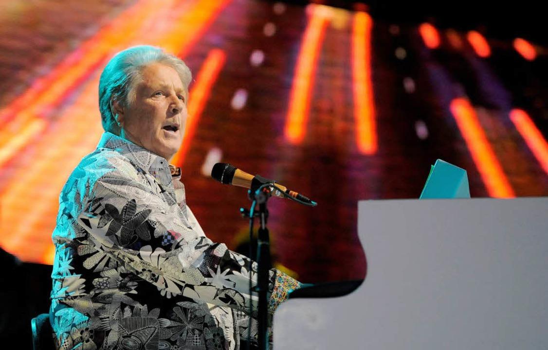 Er ist sogar mit seiner alten Band unterwegs: Brian Wilson auf der Bühne   | Foto: dapd