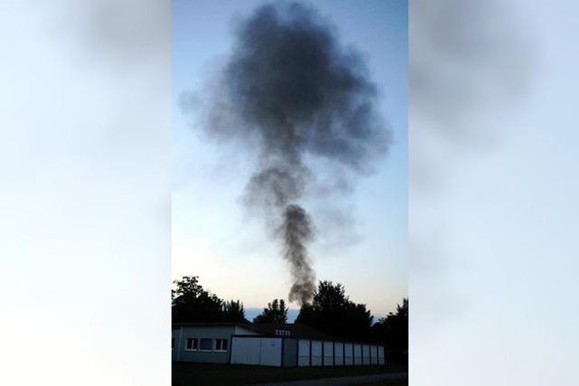 Auf dem Lahrer Flugplatz steht ein Lastwagen in Flammen