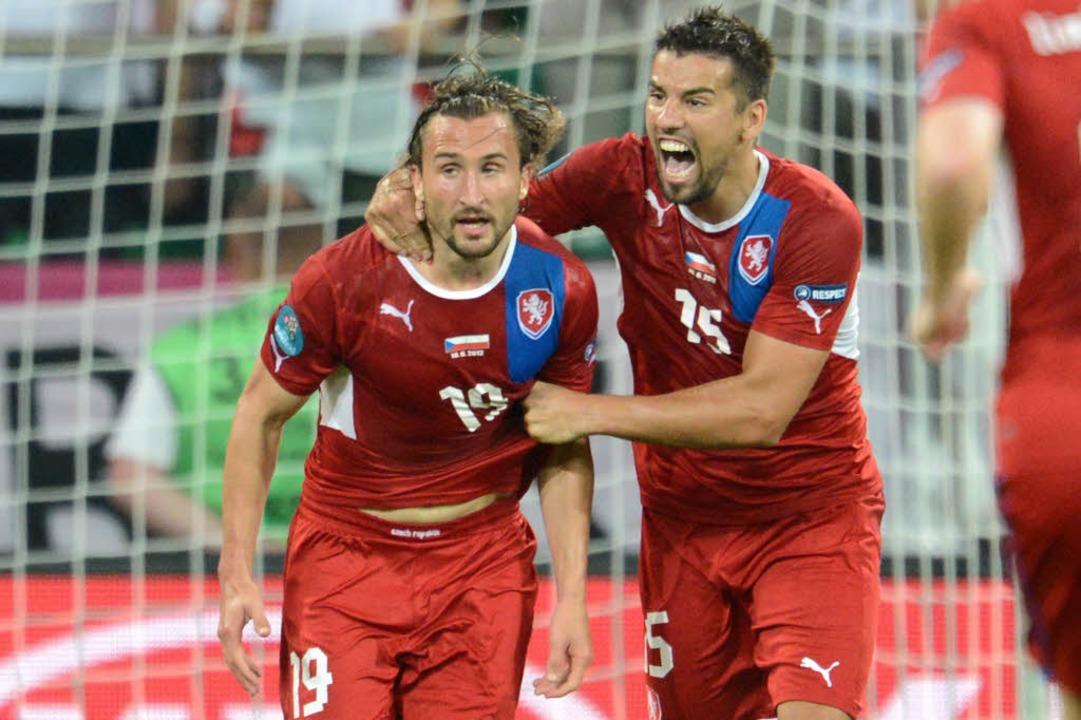 Torschütze Petr Jiracek (links) feiert...n Baros seinen entscheidenden Treffer.  | Foto: AFP