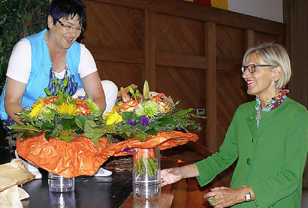 Blumen gab es für Landrätin Störr-Ritt...ette-Geschäftsführerin  Anette Pfaff.   | Foto: Ute Aschendorf