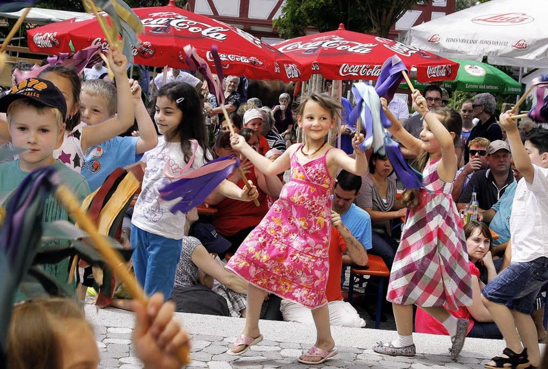 Die Kinder beteiligten sich mit Tänzen...m altertümlichen Fest in Mietersheim.   | Foto: Heidi Fössel