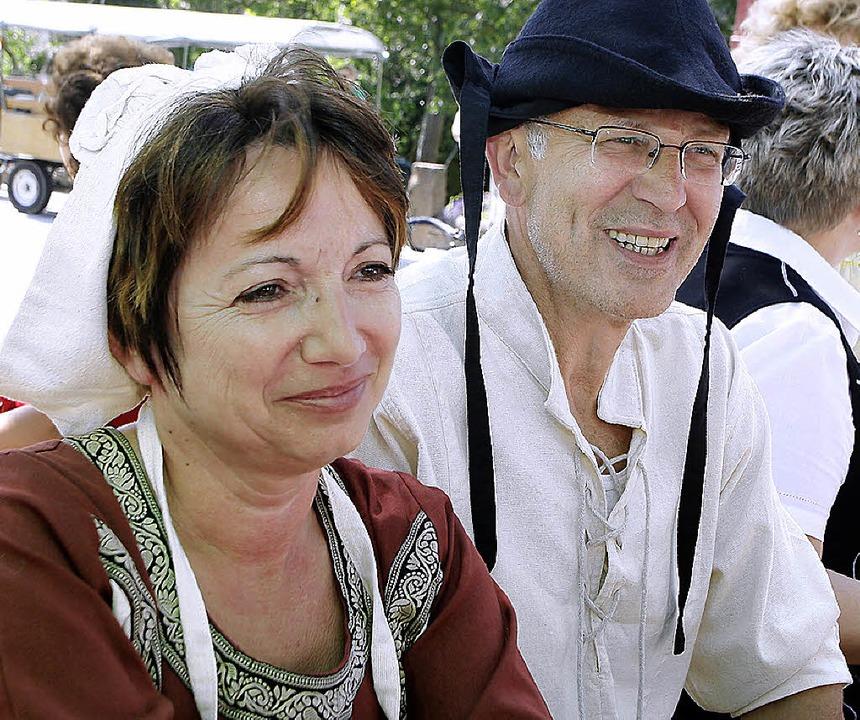 Stilecht in alter Kleidung kamen einig... Mietersheim vorstellen (Bild rechts).  | Foto: Heidi Foessel