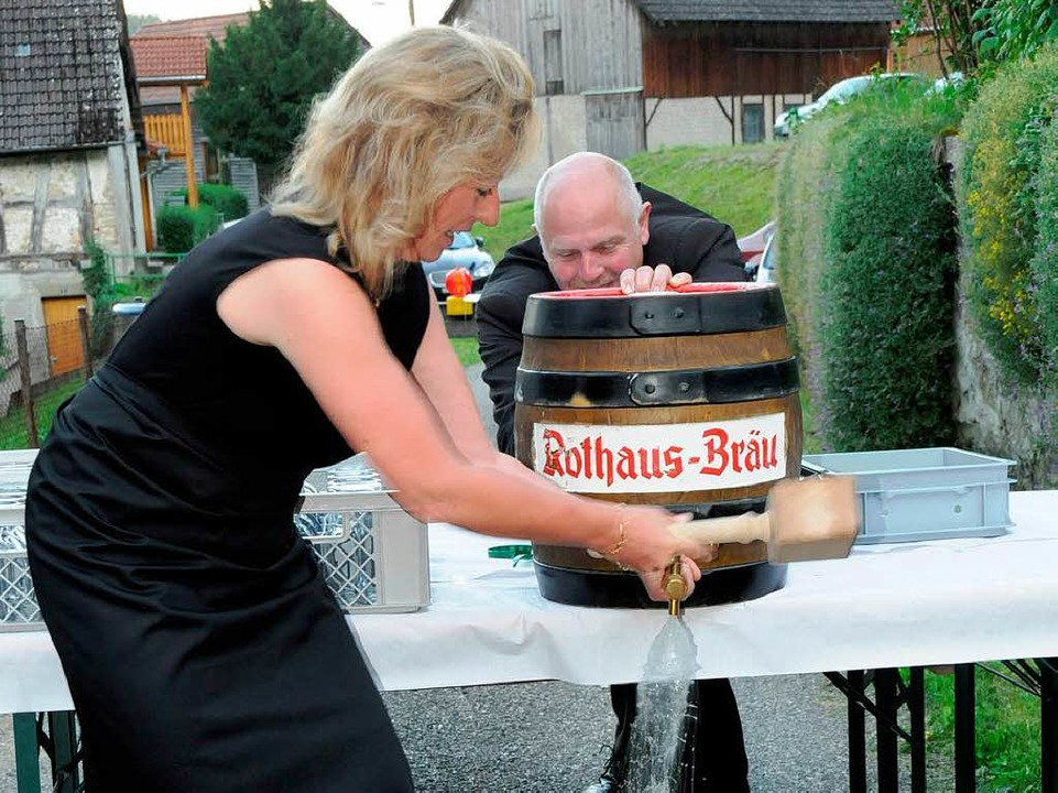 Gemeinsam mit Stadtrat Joachim Adam wa...em für Bürgermeisterin Isolde Schäfer.  | Foto: Dietmar Noeske
