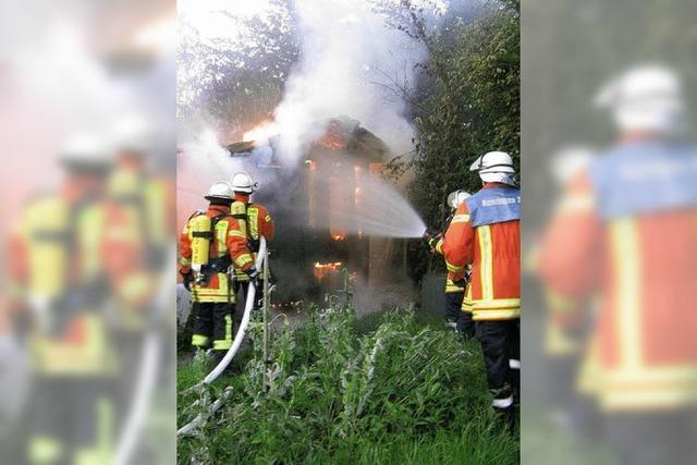 Gartenhütte in Flammen