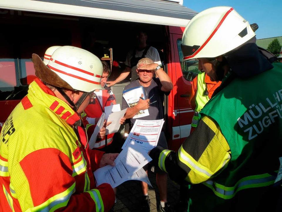 Die Einsatzkräfte, darunter der Gefahr...erwehr  aus Müllheim, besprechen sich.  | Foto: Feuerwehr March