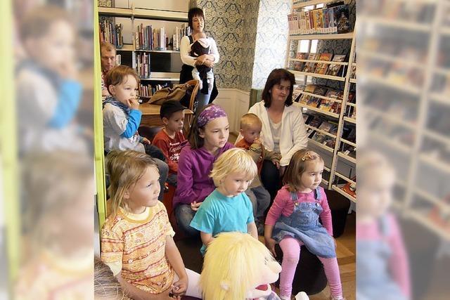 Kinder besuchen die Bücherei