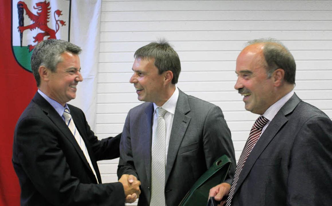 Gut lachen hatte Volker Kieber (von li...tenheimer Bürgermeister gratulierten.   | Foto: mario schöneberg