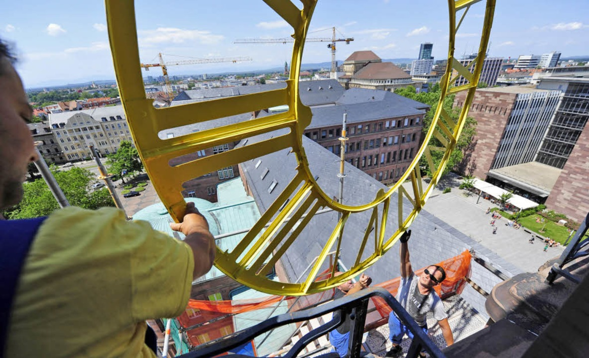 Die Zeit bleibt an der Uni trotz der N...fferblatt der Turmuhr wieder montiert.    Foto: ingo schneider