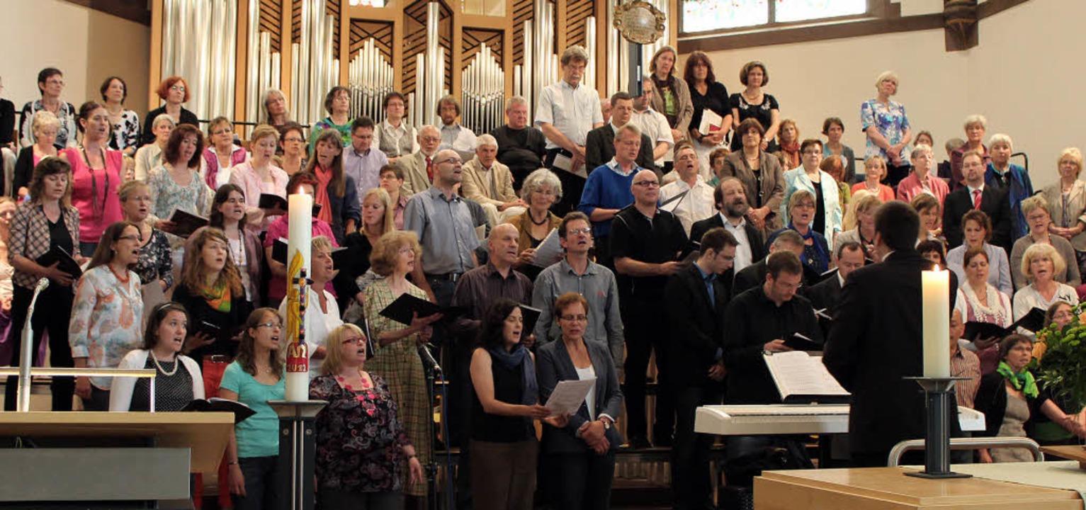 Die Kantorei und der Gospelchor &#8222...n Titel Kirchenmusikdirektor erhielt.   | Foto: Anja Bertsch
