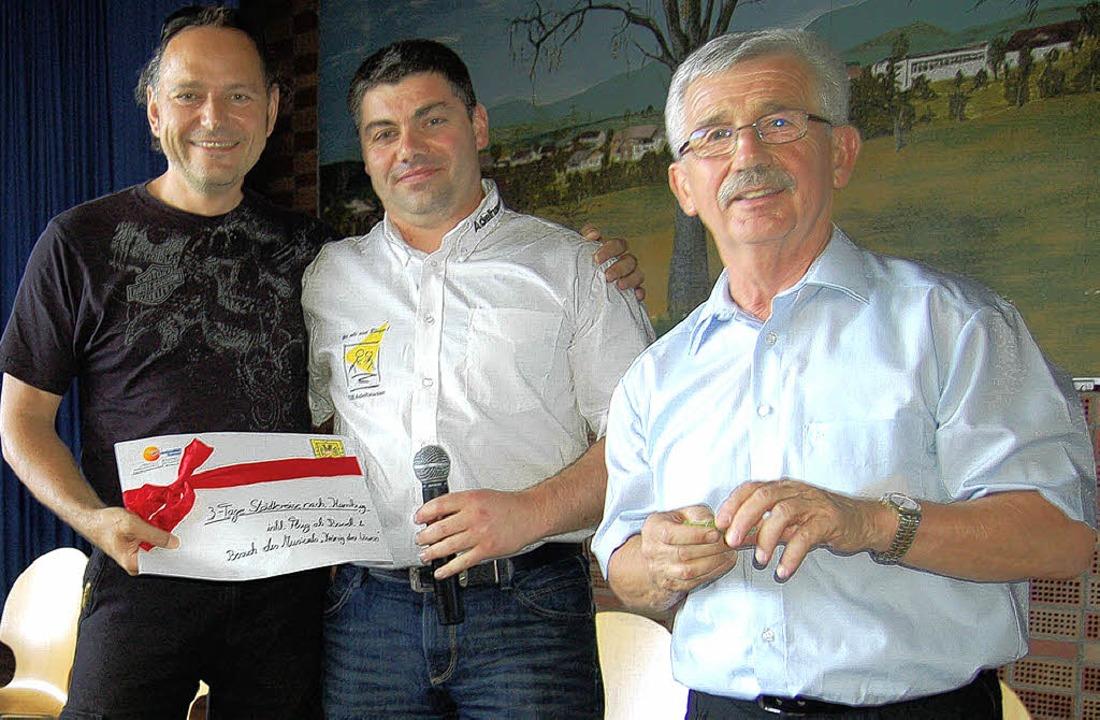 Volkmar Hölterhoff (von links) freut s...enn er hat den ersten Preis gewonnen.   | Foto: Petra Wunderle