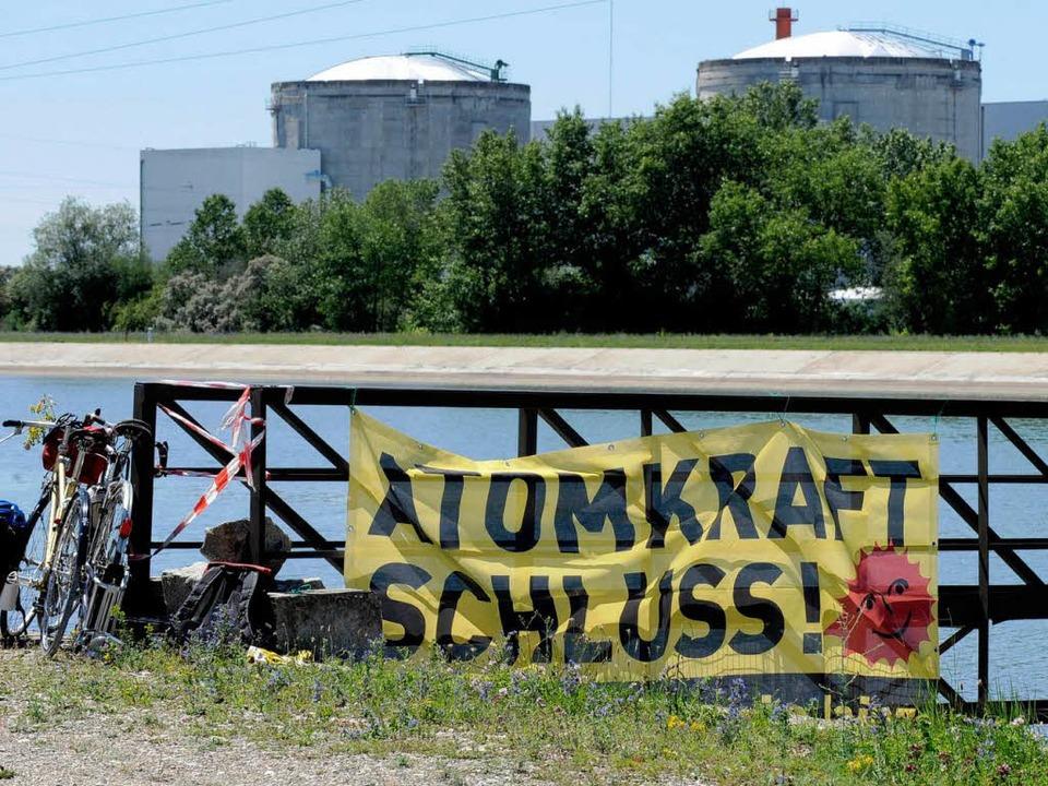 Protestbanner gegen Atomkraft vor dem AKW Fessenheim.  | Foto: dapd