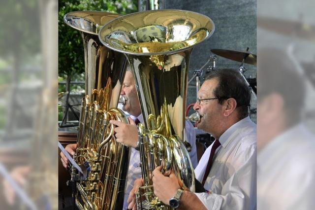 Die Blasmusik gibt im Kastanienpark den Ton an