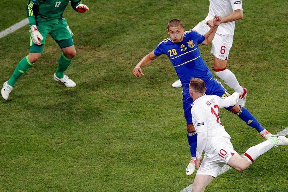 Stürmerstar Wayne Rooney hat England mit einem strittigen Zittersieg ins EM-Viertelfinale geführt und die ukrainische Heim-Party beendet. (Foto: dpa)