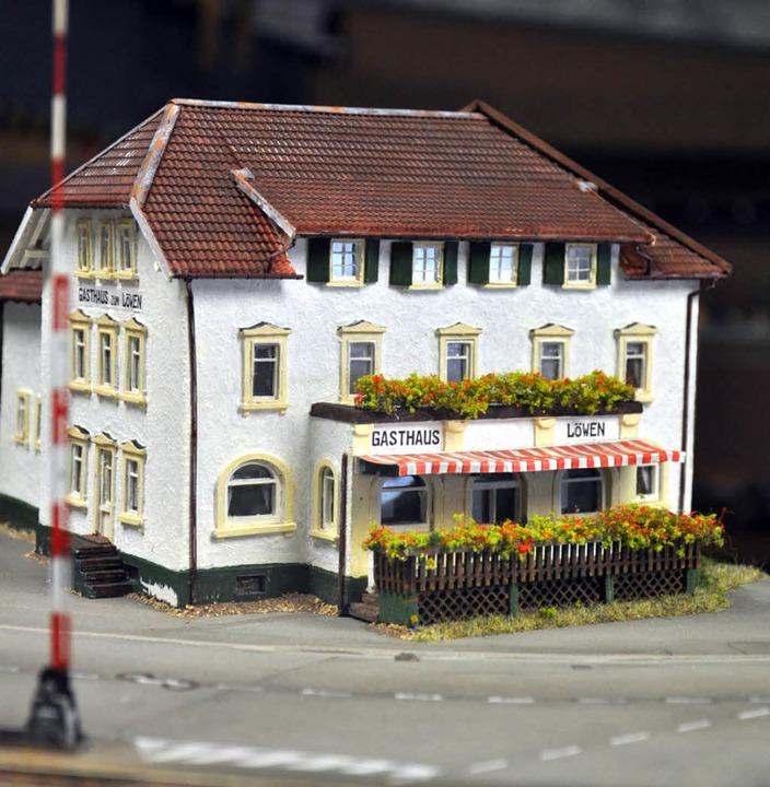 """Original oder Modell? Bis ins kleinste...Löwen"""" und sein Miniaturdouble.     Foto: Verena Pichler"""