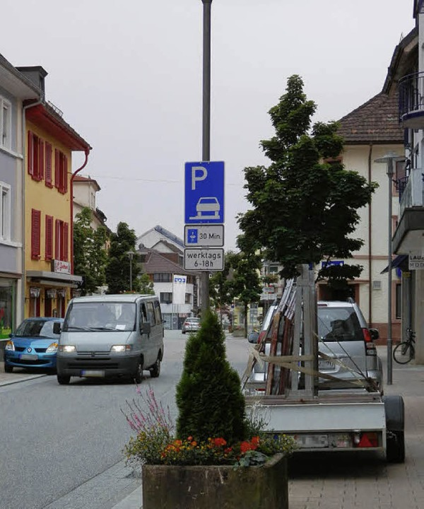 Parkplätze auf Gehwegniveau (linkes Bi...anung abwarten, bevor er entscheidet.   | Foto: Barbara Schmidt