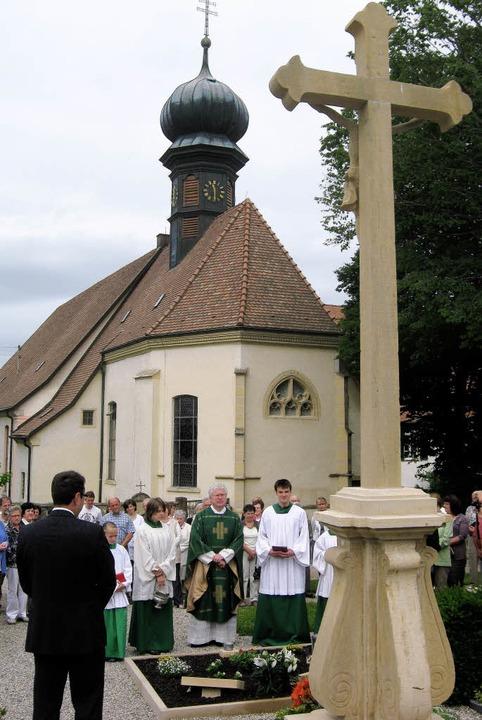 Gesegnet wurde das 3,70 Meter hohe Kreuz.   | Foto: Anne freyer