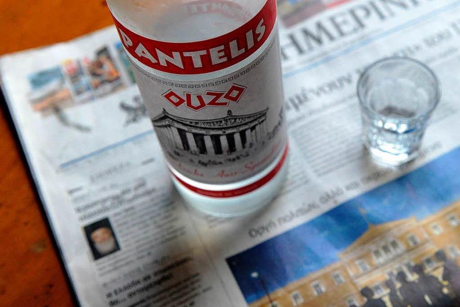 """Ouzo (der) heißt übersetzt  """"Traubensud"""", obwohl er im Prinzip  ausschließlich aus Anis und reinem Alkohol besteht. Schmeckt trotzdem lecker und hilft laut Packungsbeilage bei Magenkrämpfen und Sodbrennen. (Foto: Verwendung weltweit, usage worldwide)"""