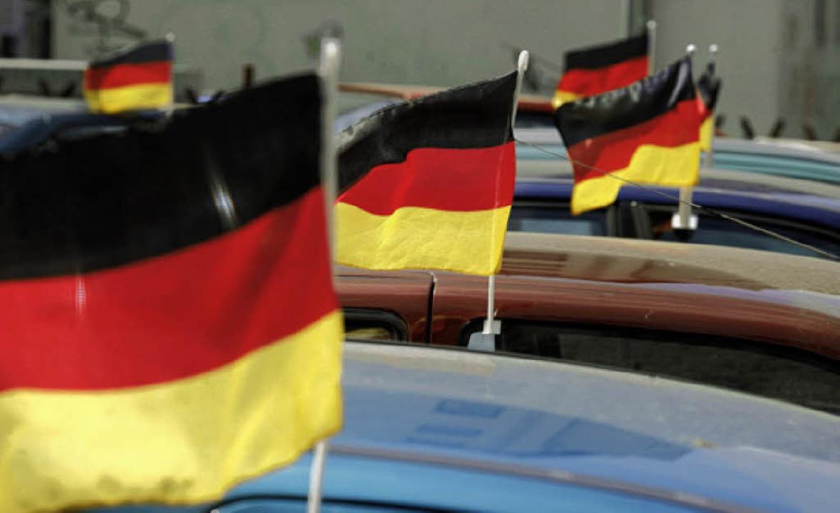 Flagge zeigen am Auto  | Foto: Dapd