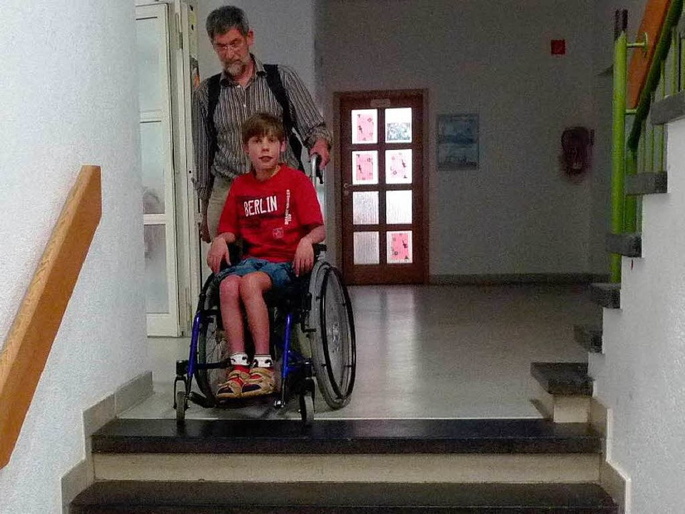 Diplompädagoge Anton Siegel kümmert si...er hinauf tragen, da ein Aufzug fehlt.    Foto: privat
