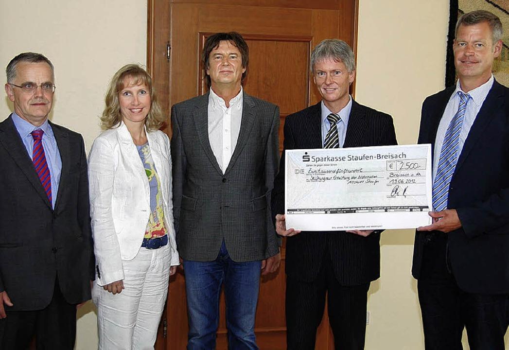 Staufens Bürgermeister Michael Benitz ...s) sowie Martin Kuttler unterstützten.    Foto: Hans-Jochen Voigt