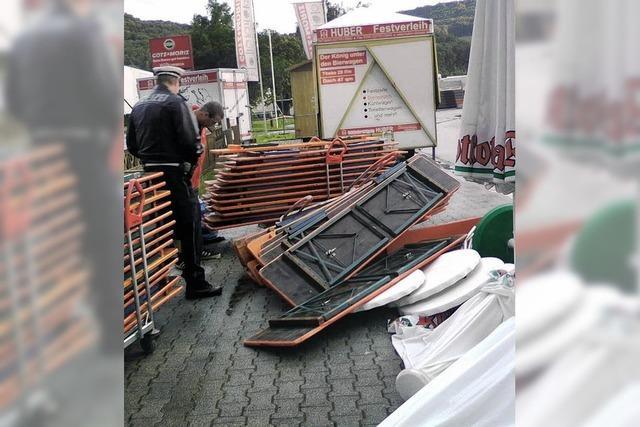 Gewitter reißt großes Zelt um