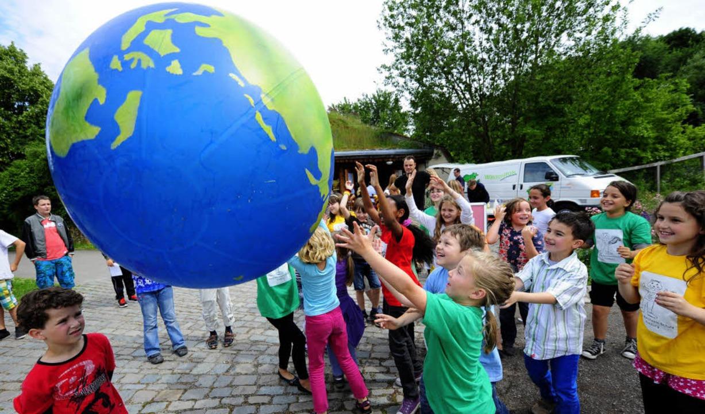 Die Weltkugel als Spielball: Bei der P...ostation hielten die Kinder sie hoch.   | Foto: I. Schneider