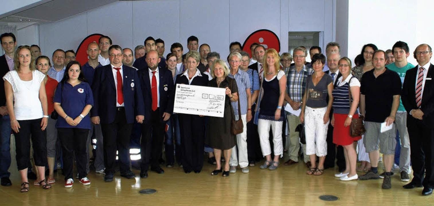Lauter glückliche Spendenempfänger mit...tänden der Sparkasse Schopfheim-Zell.   | Foto: Steinfelder