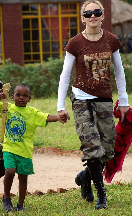 Pop-Diva Madonna mit ihrem Adoptivsohn David aus Malawi   | Foto: AFP, Mechthild Blum