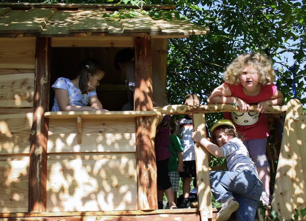 Die Kinder des Kindergartens Mühlenmat...t ihr neues, lang ersehntes  Baumhaus.    Foto: Christiane Franz