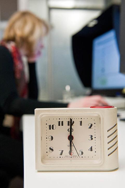 Öfter mal pünktlich Feierabend machen ... wäre ganz im Sinne der Arbeitnehmer    | Foto: dpa