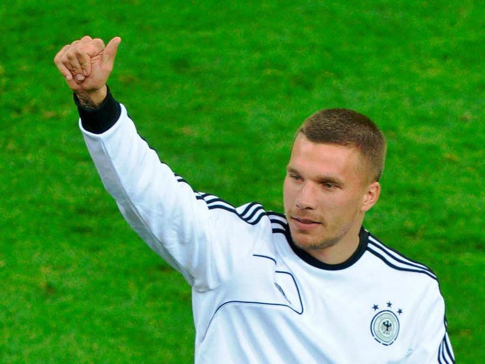 Lukas Podolski kam im Spiel gegen die ...zu, seinen Trainingsanzug auszuziehen.  | Foto: AFP