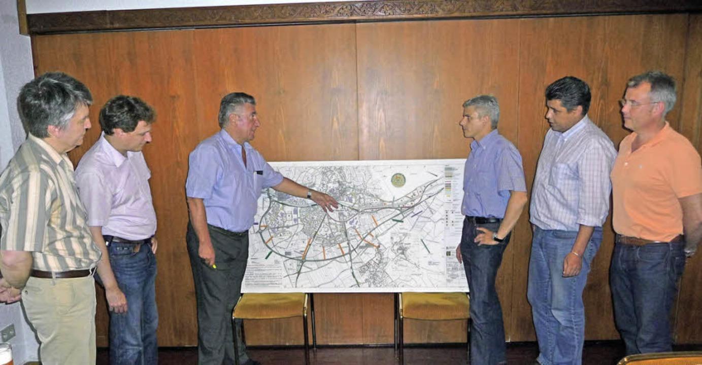 Der Vorstand der Bürgerinitiative Pro ...on rechts) über die Trassenplanungen.   | Foto: Manfred Burkert