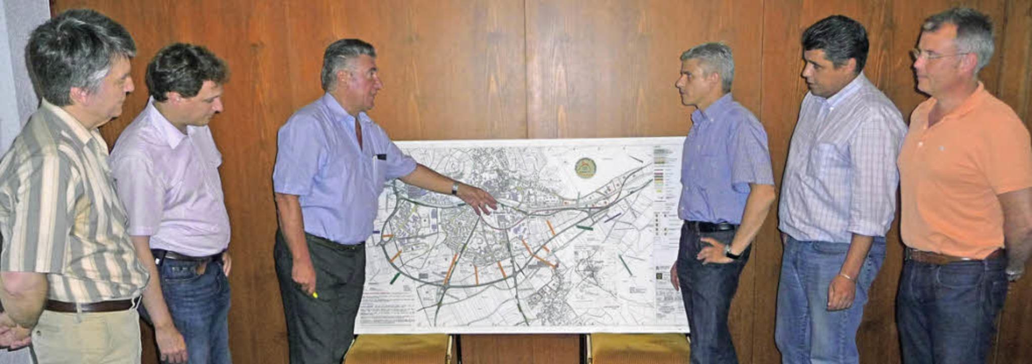 Der Vorstand der Bürgerinitiative Pro ....v.rechts) über die Trassenplanungen.   | Foto: Manfred Burkert