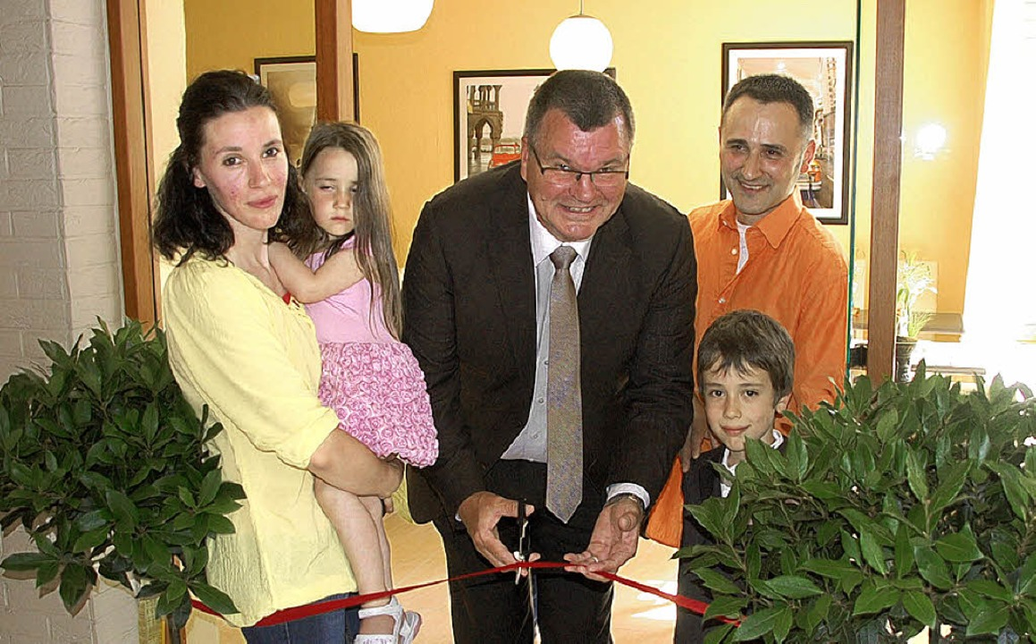 Gern übernahm Bürgermeister Guderjan d...d Hasan Boyali offiziell zu eröffnen.   | Foto: Marion Domann